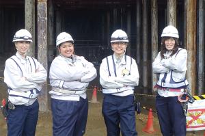 桂台トンネルで働く大成建設女性技術者